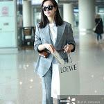 """Victoria f(x) bị nạt nộ, mỉa mai vì ăn mặc """"lồng lộn"""" tại sân bay? - Kênh 14"""